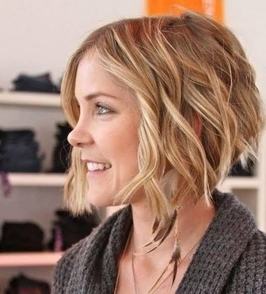 Asimetrik katlı saç kesimi