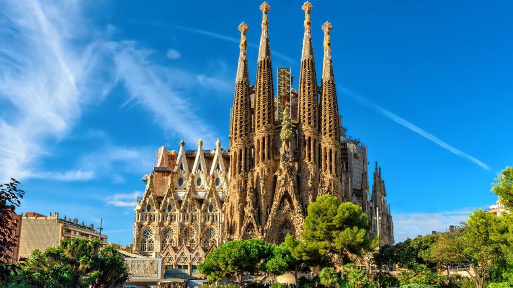 La Sagrada Familia, İspanya'nın Barselona şehrinde bulunan ve modern mimarinin öncülerinden sayılan Antoni Gaudi'nin 1883 yılında devraldığı fakat 1926 yılında bir tramvayın altında kalarak ölmesi sonucu yarım kalan bir bazilikadır.